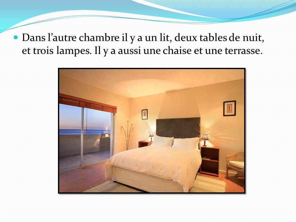 Dans lautre chambre il y a un lit, deux tables de nuit, et trois lampes.