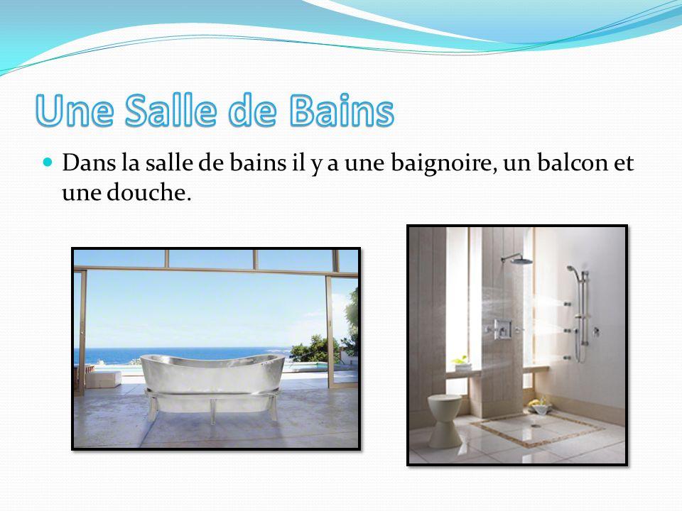 Dans la salle de bains il y a une baignoire, un balcon et une douche.