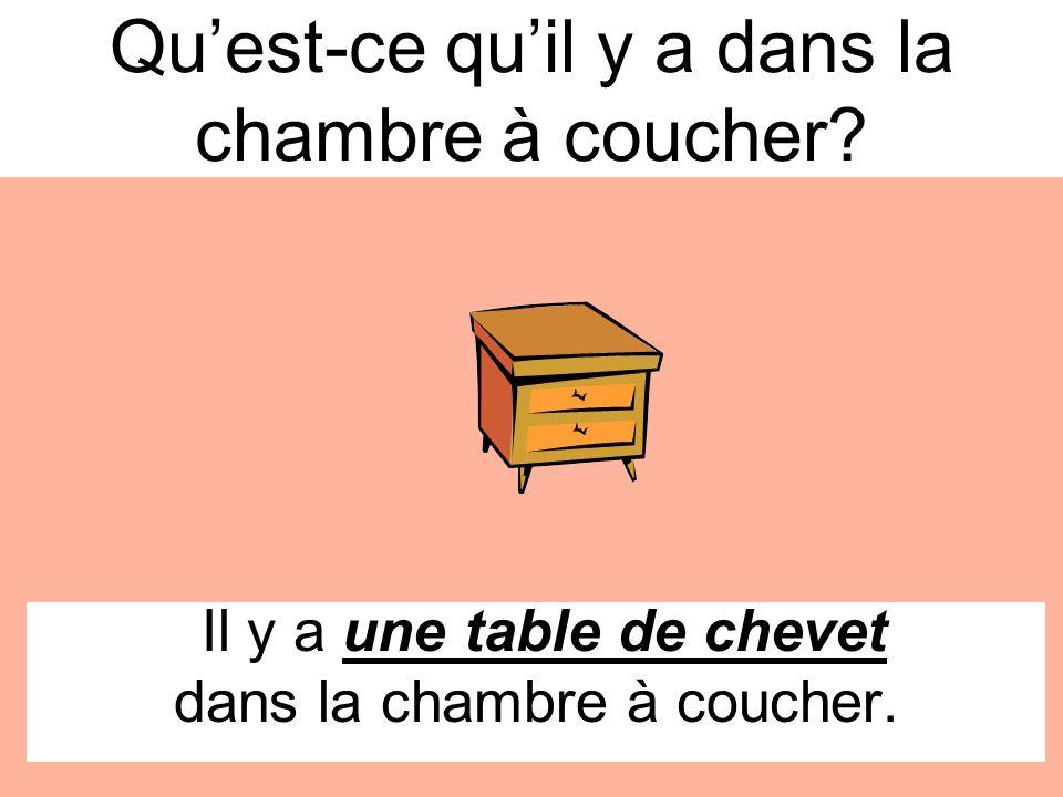 Il y a une table de chevet dans la chambre à coucher. Quest-ce quil y a dans la chambre à coucher?