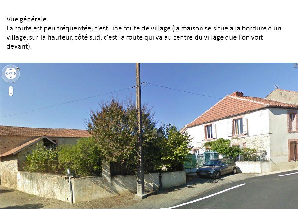 Vue générale. La route est peu fréquentée, c'est une route de village (la maison se situe à la bordure d'un village, sur la hauteur, côté sud, c'est l