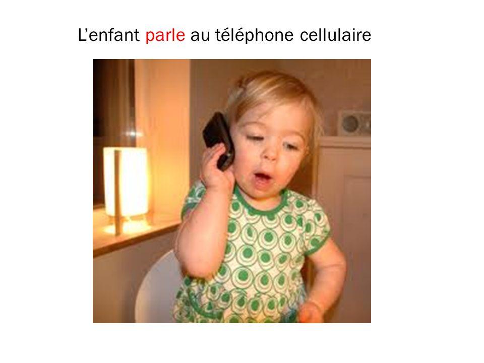 Lenfant parle au téléphone cellulaire