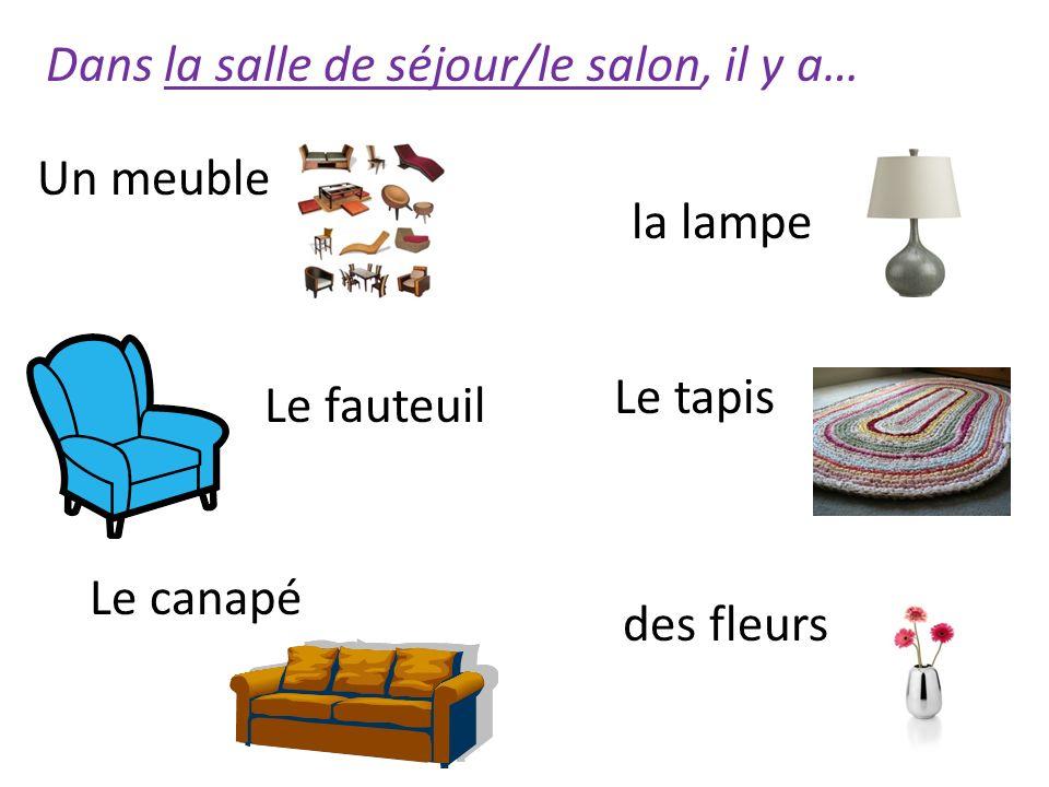 Dans la salle de séjour/le salon, il y a… la lampe Le fauteuil Le tapis des fleurs Le canapé Un meuble
