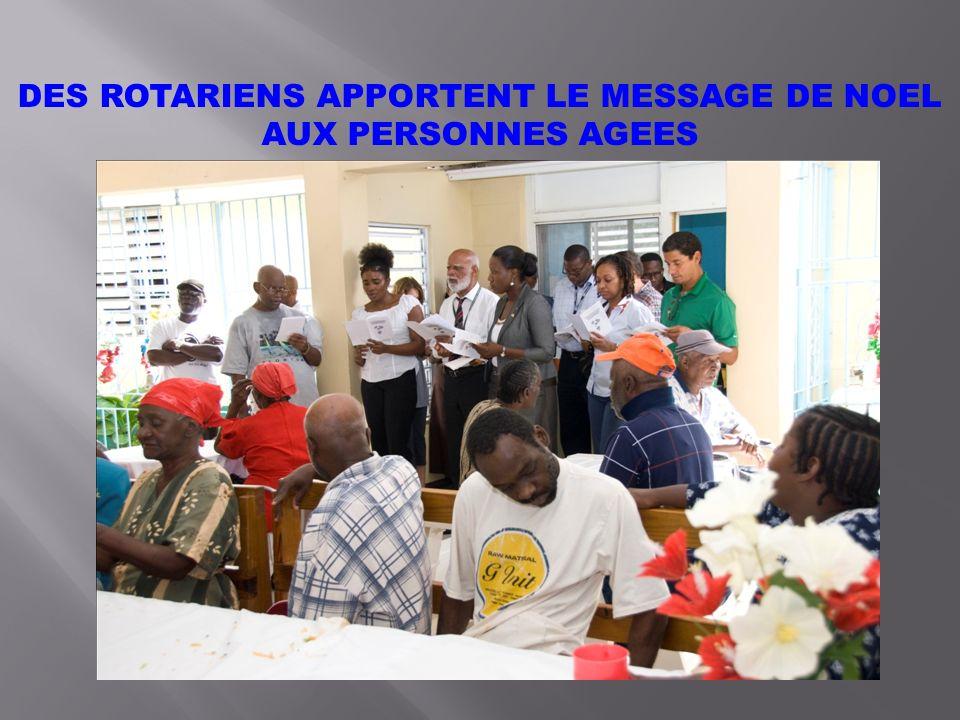 DES ROTARIENS APPORTENT LE MESSAGE DE NOEL AUX PERSONNES AGEES