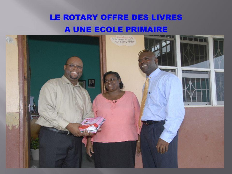 LE ROTARY OFFRE DES LIVRES A UNE ECOLE PRIMAIRE