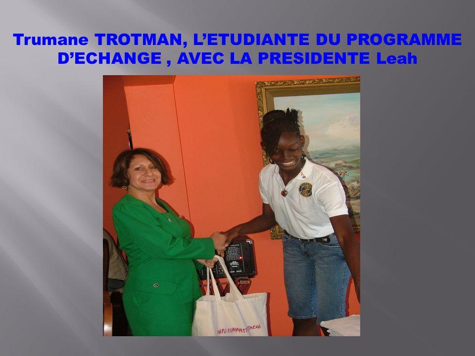 Trumane TROTMAN, LETUDIANTE DU PROGRAMME DECHANGE, AVEC LA PRESIDENTE Leah
