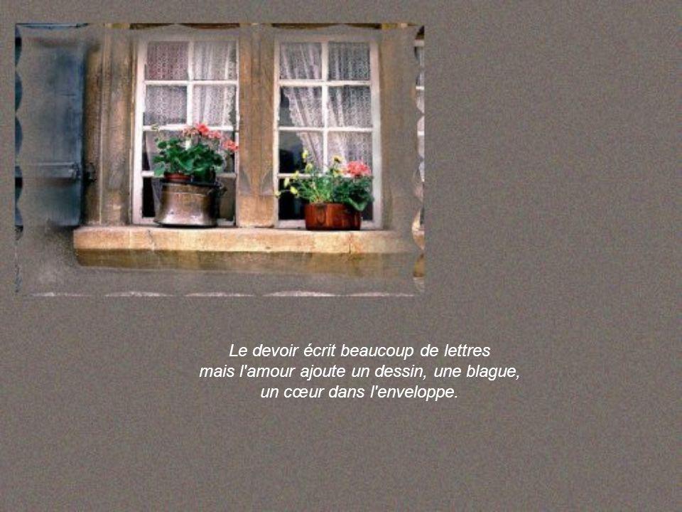 L'obligation prépare le dîner mais l'amour décore la table de fleurs et de chandelles.