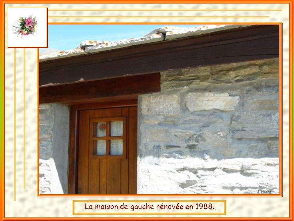 A gauche une maison rénovée et la chapelle du village.