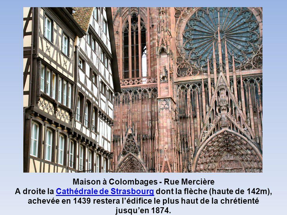 Maison à Colombages - Rue Mercière A droite la Cathédrale de Strasbourg dont la flèche (haute de 142m), achevée en 1439 restera lédifice le plus haut de la chrétientéCathédrale de Strasbourg jusquen 1874.