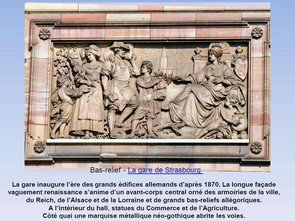 La gare inaugure lère des grands édifices allemands daprès 1870. La longue façade vaguement renaissance sanime dun avant-corps central orné des armoir