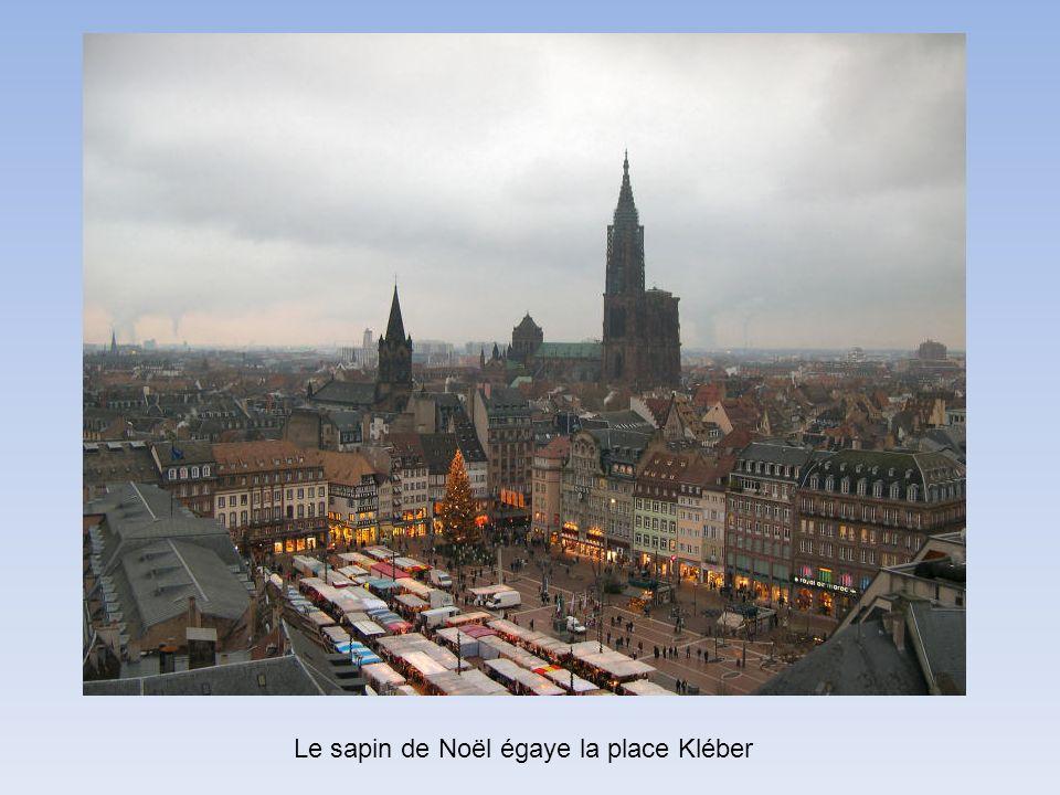 Le sapin de Noël égaye la place Kléber