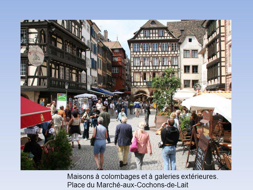 Maisons à colombages et à galeries extérieures. Place du Marché-aux-Cochons-de-Lait