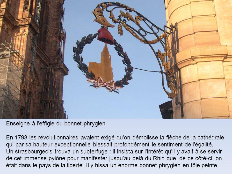 Enseigne à leffigie du bonnet phrygien En 1793 les révolutionnaires avaient exigé quon démolisse la flèche de la cathédrale qui par sa hauteur exceptionnelle blessait profondément le sentiment de légalité.
