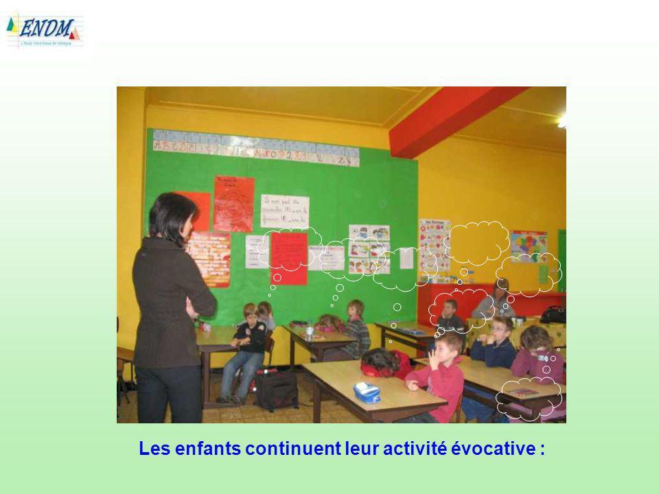 Les enfants continuent leur activité évocative :