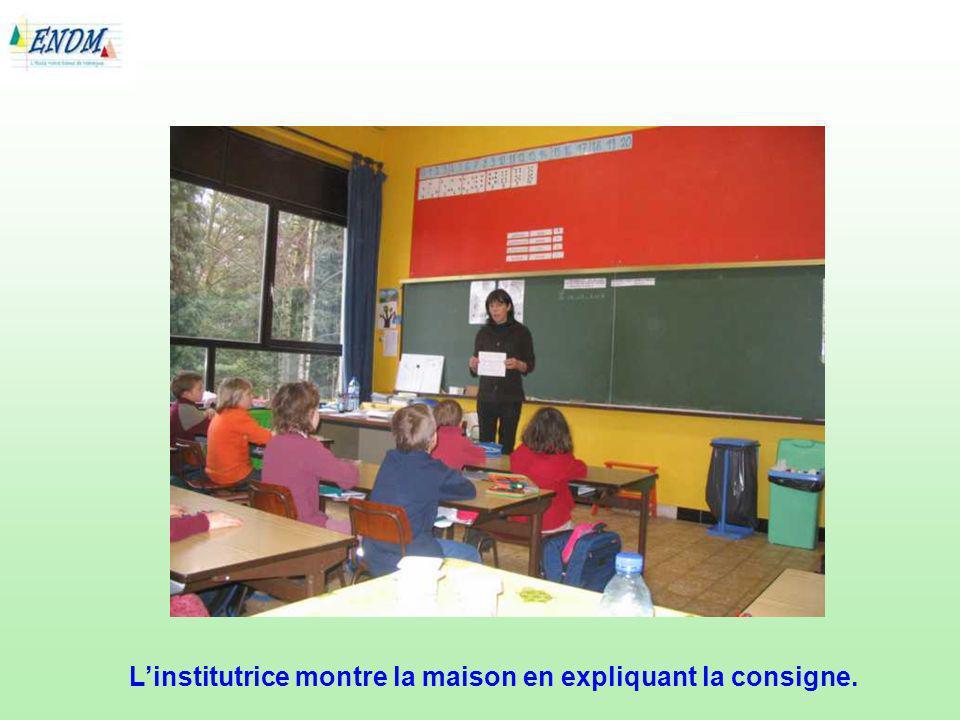 Linstitutrice relit, lentement, le texte une troisième fois et les enfants poursuivent leur activité évocative.