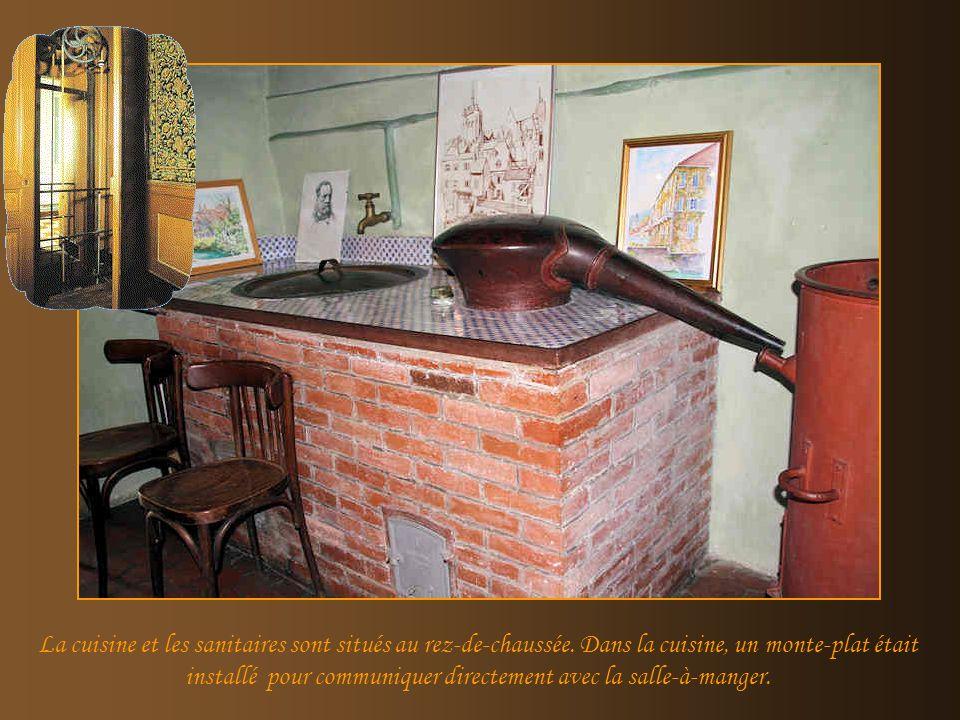 Cette maison, que le père de Louis Pasteur avait choisi dhabiter, était bordée au fond du jardin par la rivière « la Cuisance », ce qui était très uti