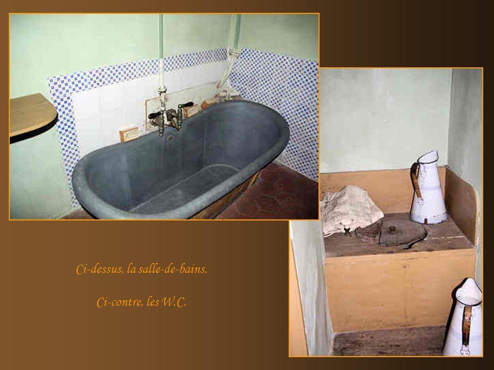 La cuisine et les sanitaires sont situés au rez-de-chaussée. Dans la cuisine, un monte-plat était installé pour communiquer directement avec la salle-