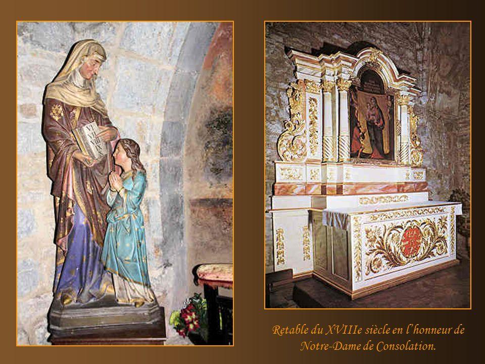 Le « Biou » est accroché dans la nef. A gauche un vitrail représentant des vignerons.