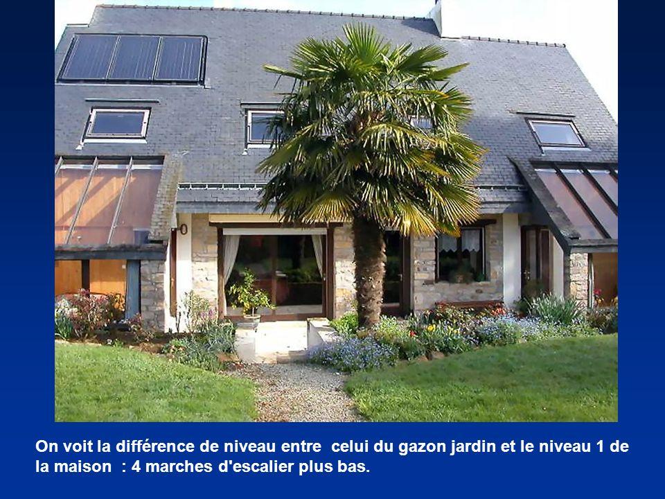 On voit la différence de niveau entre celui du gazon jardin et le niveau 1 de la maison : 4 marches d'escalier plus bas.