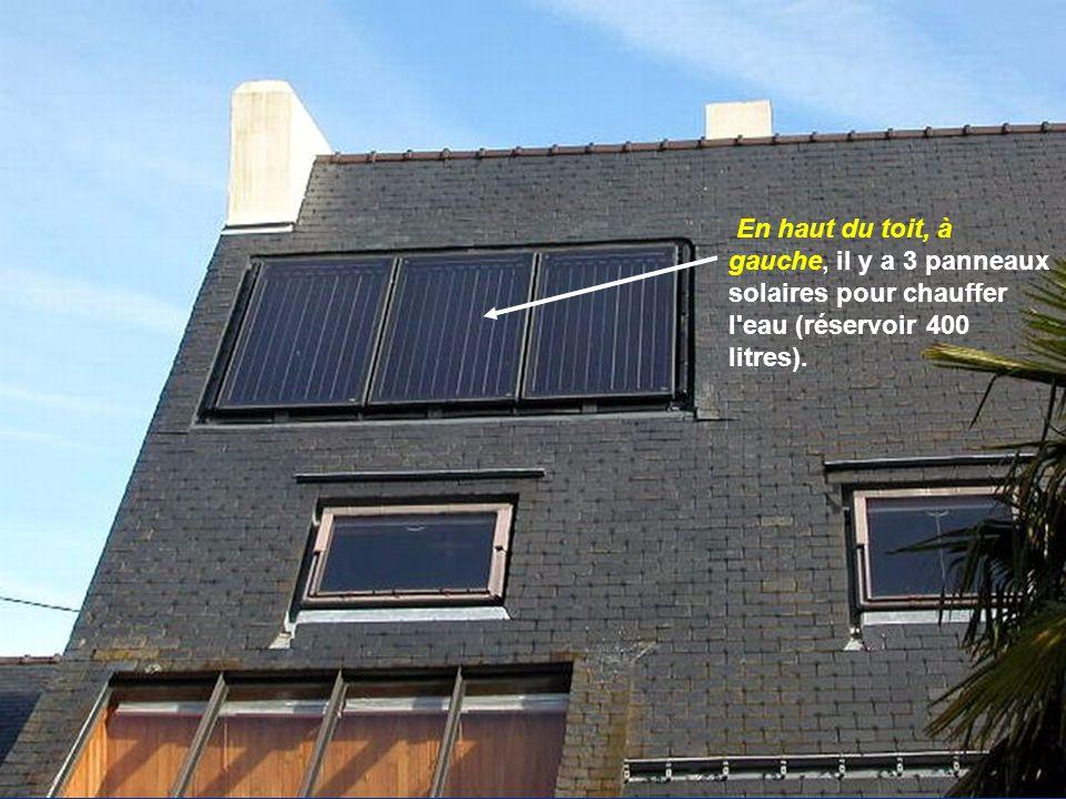 En haut du toit, à gauche, il y a 3 panneaux solaires pour chauffer l'eau (réservoir 400 litres).