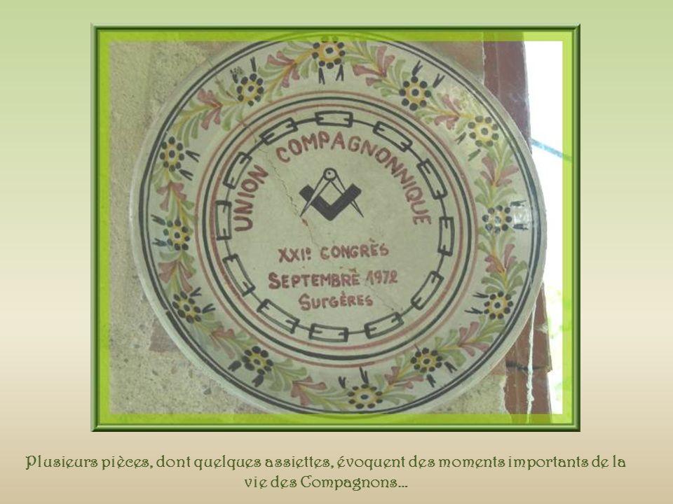 Salomon Deux mains en élévation symbolisent le chiffre dix, double pentagone ou unité de DIEU, dont jaillit lUnion éternelle.
