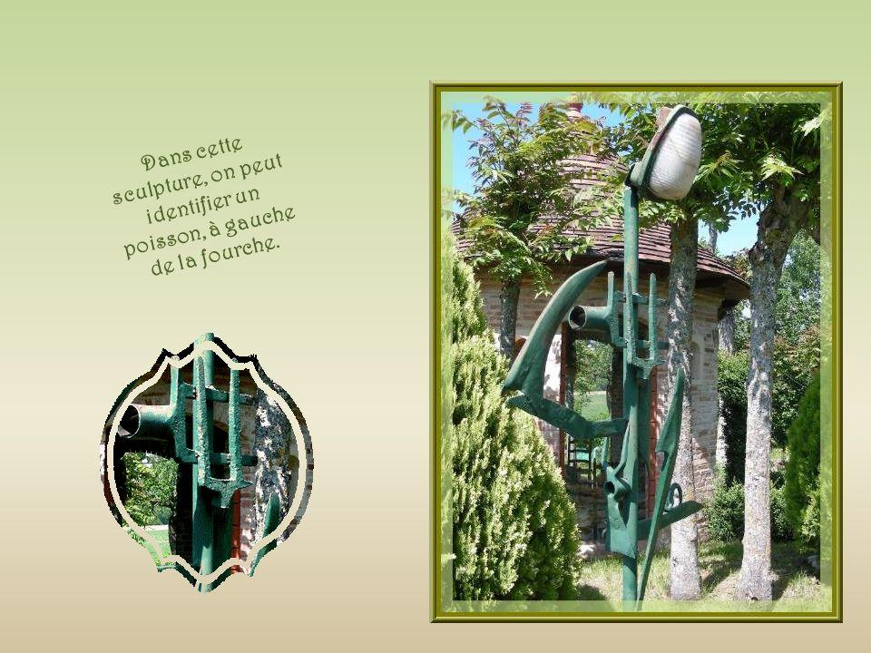 Un lampadaire fait de vieux outils où lon peut remarquer les lettres U et C entrelacées ce qui signifie : Union Compagnonnique.