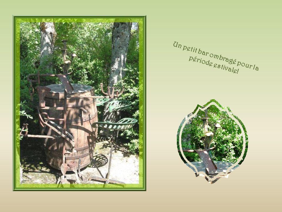 Une vue densemble avec les allées de buis et, à gauche, une autre des sculptures qui ornent le jardin!