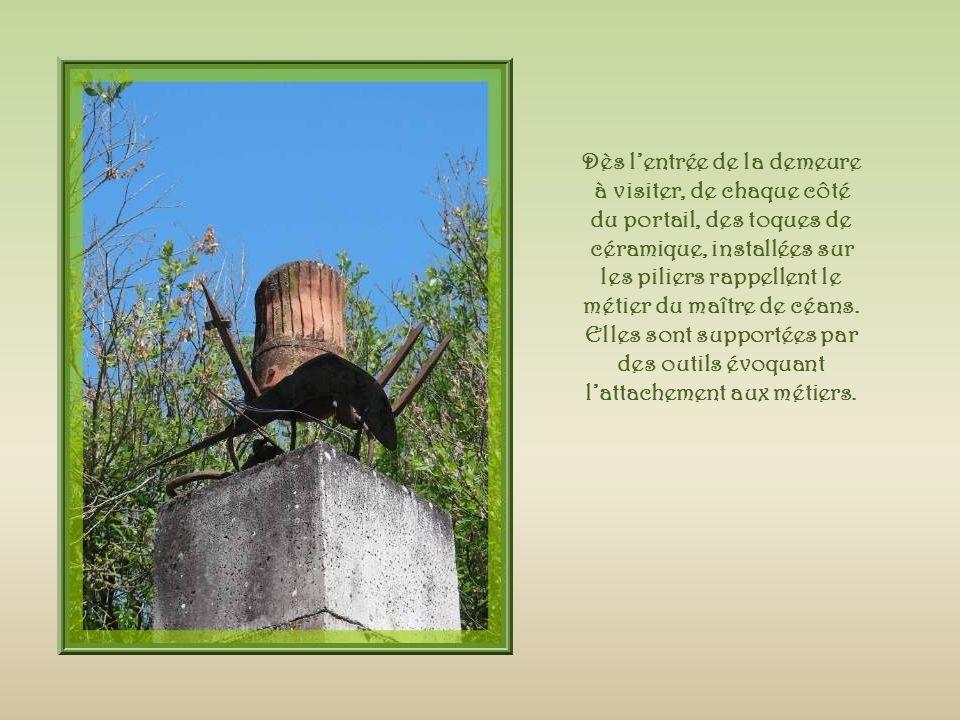 Dès lentrée de la demeure à visiter, de chaque côté du portail, des toques de céramique, installées sur les piliers rappellent le métier du maître de céans.