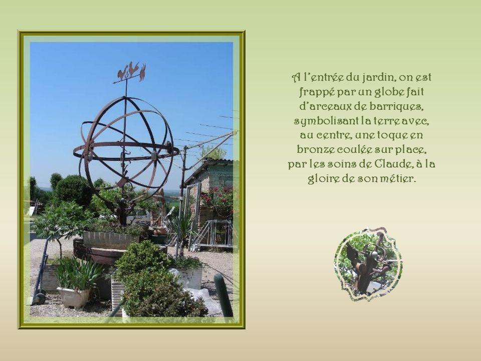 A lentrée du jardin, on est frappé par un globe fait darceaux de barriques, symbolisant la terre avec, au centre, une toque en bronze coulée sur place, par les soins de Claude, à la gloire de son métier.