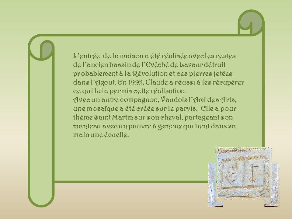 Lentrée de la maison a été réalisée avec les restes de lancien bassin de lEvêché de Lavaur détruit probablement à la Révolution et ces pierres jetées dans lAgout.