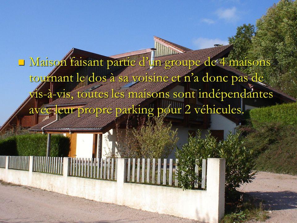 Maison faisant partie dun groupe de 4 maisons tournant le dos à sa voisine et na donc pas de vis-à-vis, toutes les maisons sont indépendantes avec leur propre parking pour 2 véhicules.