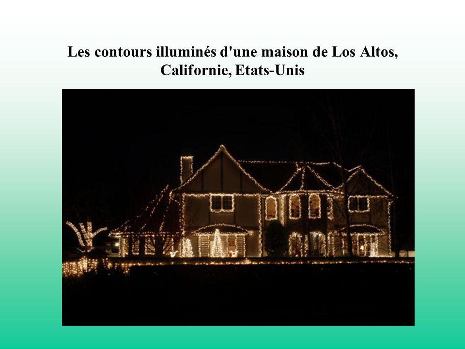 Les contours illuminés d'une maison de Los Altos, Californie, Etats-Unis