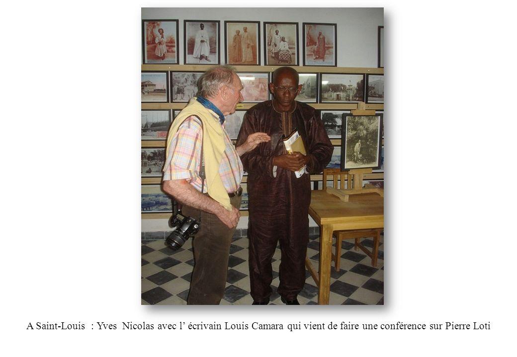 A Saint-Louis : Yves Nicolas avec l écrivain Louis Camara qui vient de faire une conférence sur Pierre Loti