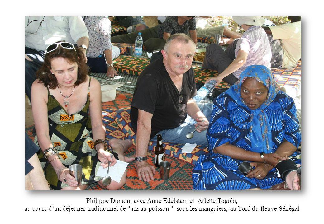 Philippe Dumont avec Anne Edelstam et Arlette Togola, au cours dun déjeuner traditionnel de