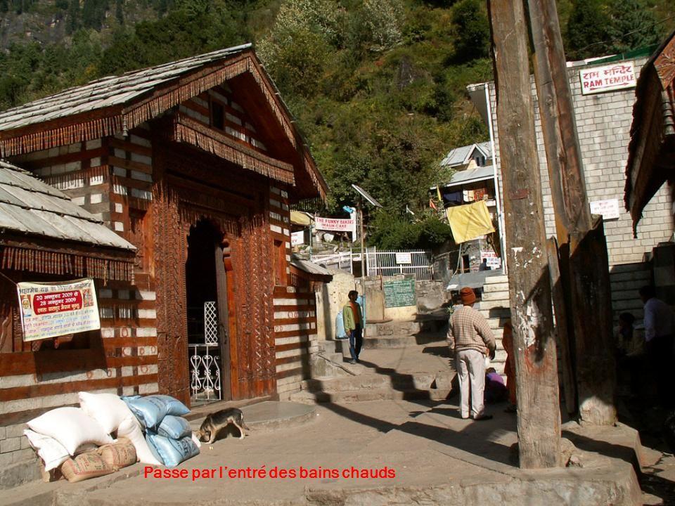 Comme souvent ici, le chemin prend son départ au porte dun temple à Shiva Omnamashivaya