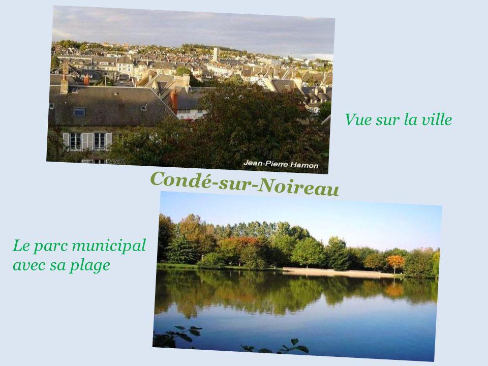 Panorama sur le village C l é c y Place centrale du village
