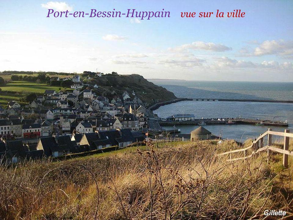 Port-en-Bessin-Huppain Le port de pêche La tour Vauban construite en 1694