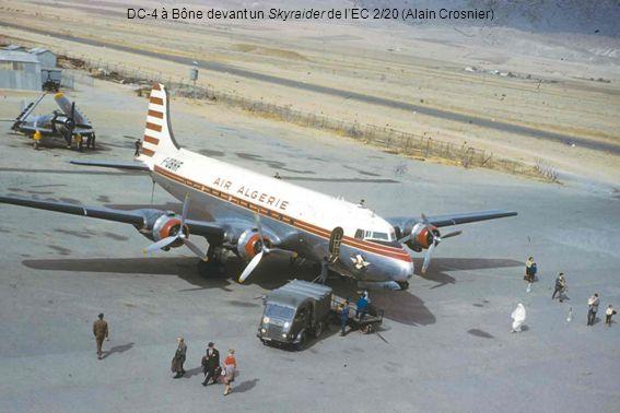 DC-4 à Bône devant un Skyraider de lEC 2/20 (Alain Crosnier)