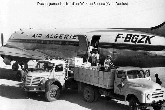 Déchargement du fret dun DC-4 au Sahara (Yves Donius)
