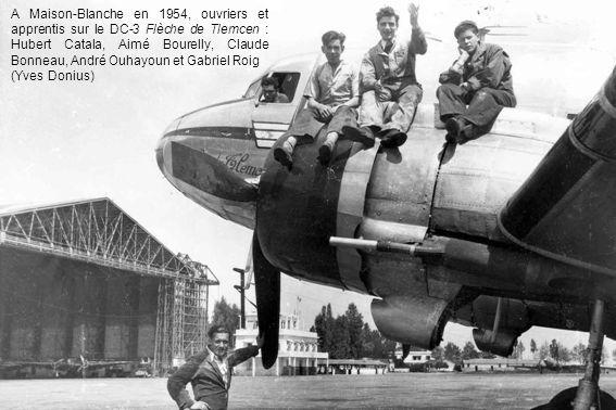A Maison-Blanche en 1954, ouvriers et apprentis sur le DC-3 Flèche de Tlemcen : Hubert Catala, Aimé Bourelly, Claude Bonneau, André Ouhayoun et Gabriel Roig (Yves Donius)