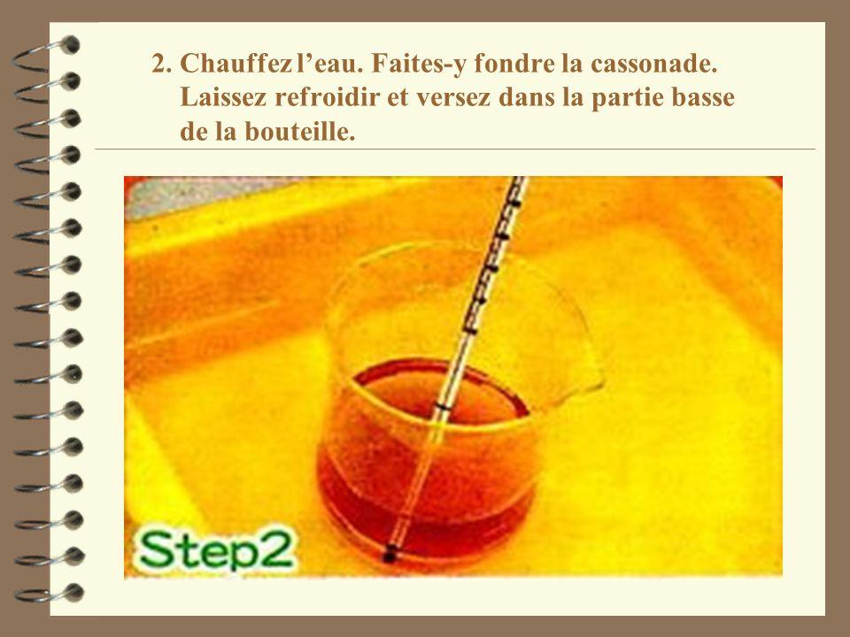 2. Chauffez leau. Faites-y fondre la cassonade. Laissez refroidir et versez dans la partie basse de la bouteille.