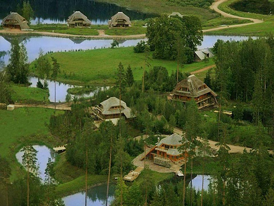 Trois types de structures sont utilisés : - bûches de bois et maçonnerie complémentaire - murs en pierre naturelle, - bois de gainage décoratif - murs