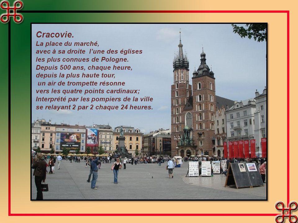 Cracovie.La place du marché, avec à sa droite lune des églises les plus connues de Pologne.