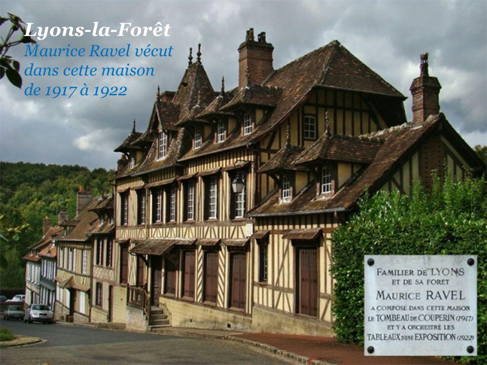 Lyons-la-Forêt Une rue de la ville Les halles du XVIIIe siècle