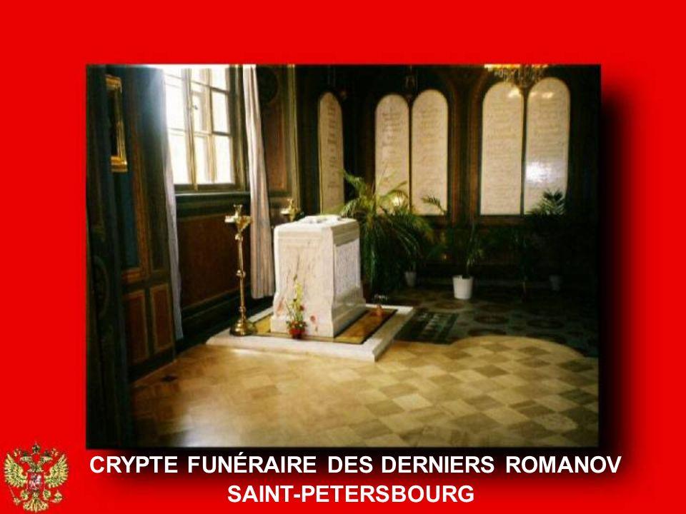 En ce matin du 17 juillet 1998, tous les Romanov vivants sont réunis à Saint- Pétersbourg, dans le hall du vieil Hôtel Astoria récemment rénové. Ils a