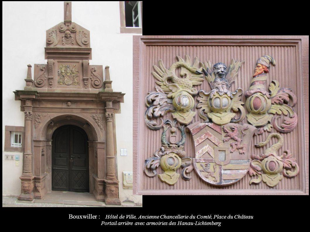 Bouxwiller : Hôtel de Ville, Ancienne Chancellerie du Comté, Place du Château Portail arrière avec armoiries des Hanau-Lichtenberg