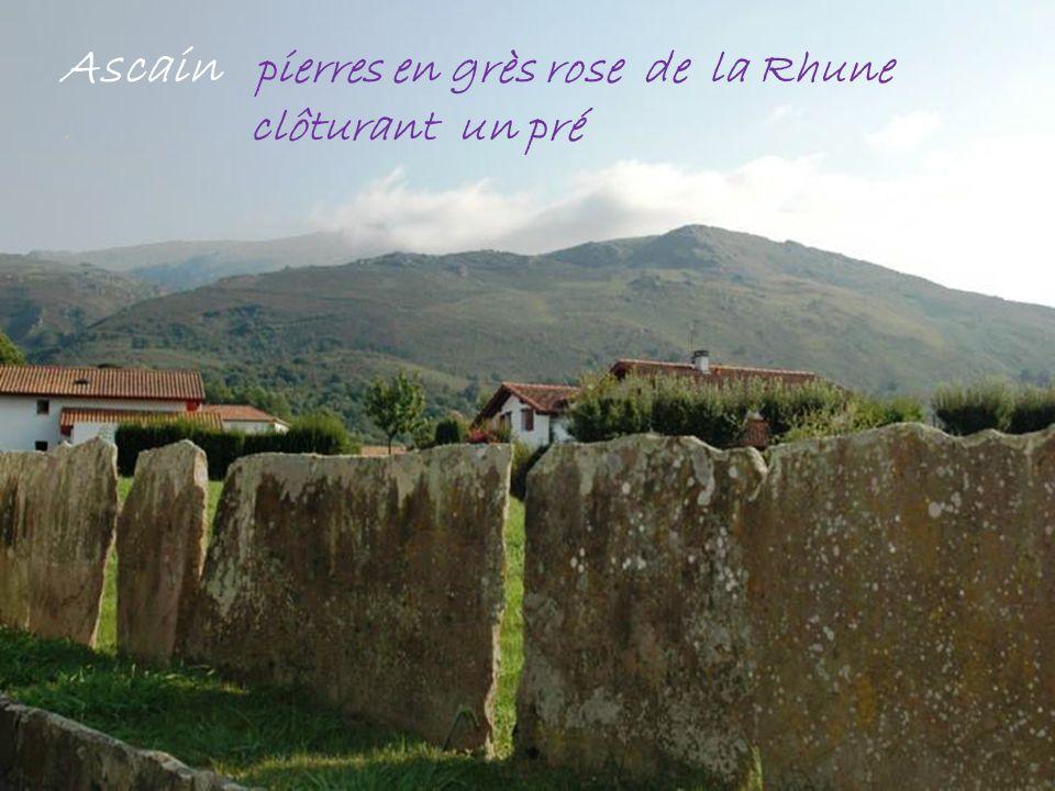 Ascain pierres en grès rose de la Rhune. clôturant un pré