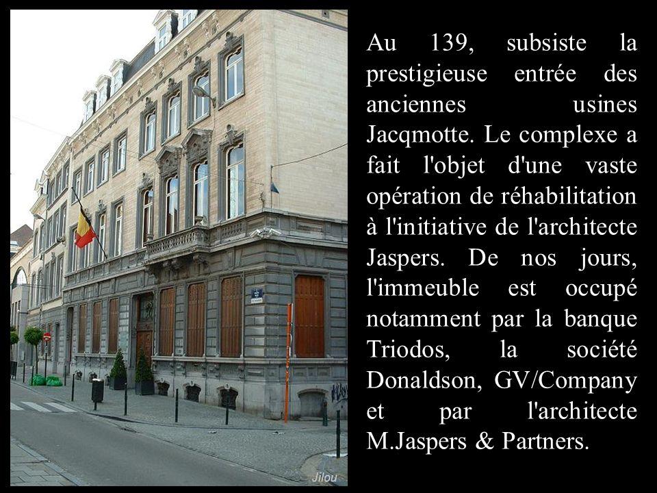 Au 139, subsiste la prestigieuse entrée des anciennes usines Jacqmotte.