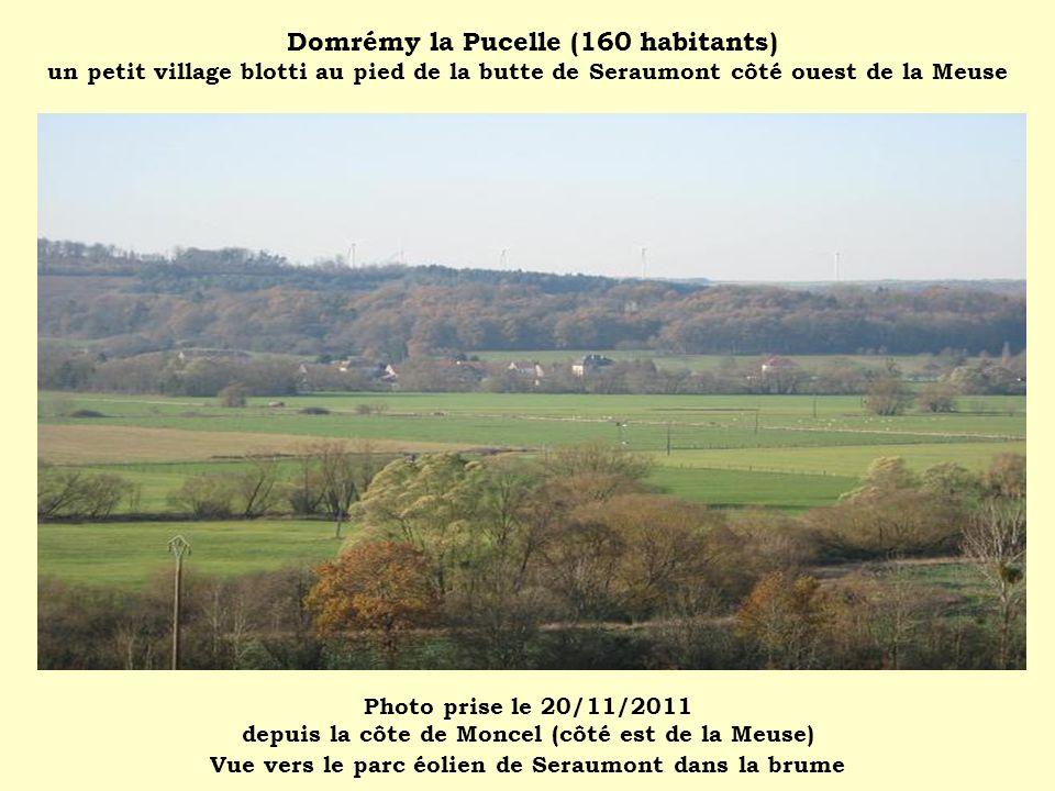 Domrémy la Pucelle (160 habitants) un petit village blotti au pied de la butte de Seraumont côté ouest de la Meuse Photo prise le 20/11/2011 depuis la côte de Moncel (côté est de la Meuse) Vue vers le parc éolien de Seraumont dans la brume
