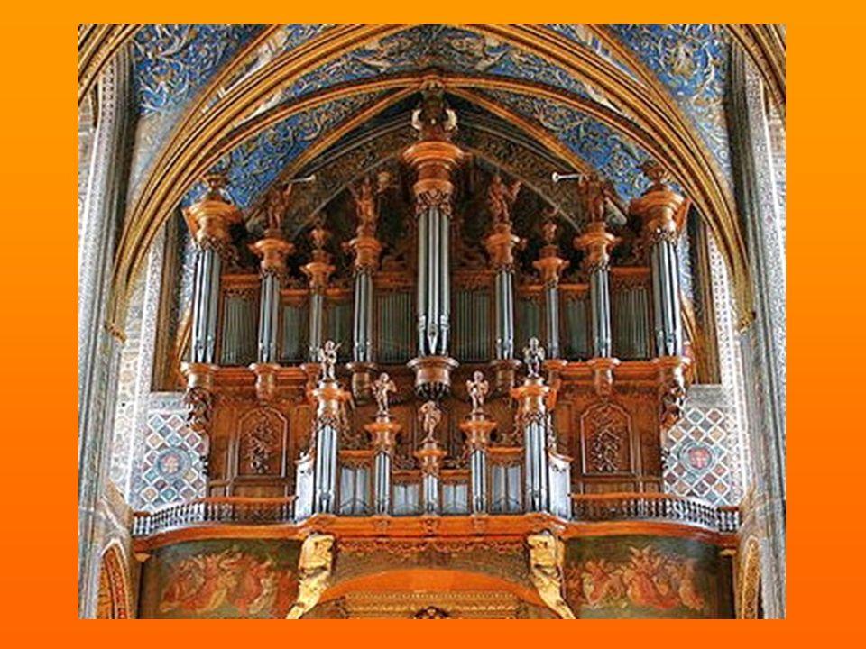 Chœur de la cathédrale Sainte-Cécile Le chœur de Sainte-Cécile est orné d'un orgue monumental qui se range parmi les plus beaux de France.