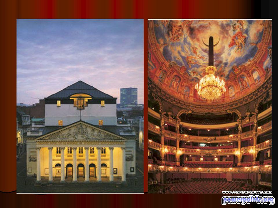 A l arrière de la scène de ce magnifique théâtre en fer à cheval très représentatif de l architecture du XIXè siècle se trouve un espace scénique immense (54 m de haut) permettant d accueillir simultanément trois décors.